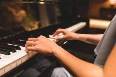 Une femme fait du piano